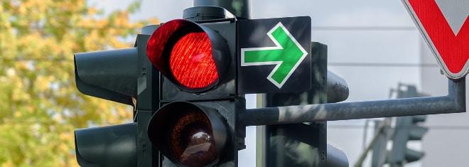 Wie müssen Sie sich verhalten, wenn ein grüner Pfeil an der Ampel vorhanden ist?