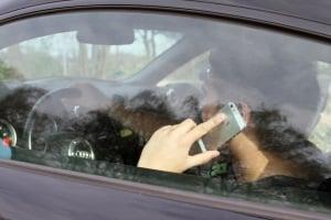 Mit Handy am Steuer geblitzt? Als Strafe kann es Punkte geben.