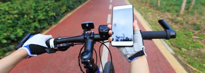 Unser Ratgeber klärt: Droht ein Bußgeld. wenn das Handy auf dem Fahrrad genutzt wird?