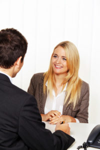 Ein Hartz IV-Empfänger kann sich im Jobcenter bezüglich seiner Möglichkeiten beraten lassen.
