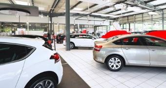 Ein Hartz IV-Empfänger darf ein Auto besitzen, wenn dieses nicht teurer als 7500 Euro ist.
