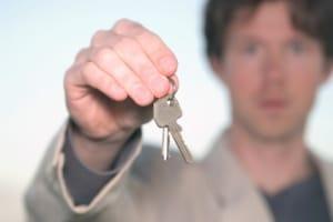 Hausverkauf: Wann die Schlüsselübergabe ansteht, ergibt sich aus dem Kaufvertrag.
