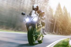 Wann ist in Deutschland die Helmpflicht eingeführt worden? Für Motorräder gilt diese seit 1976.