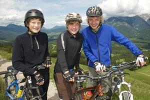 Keine Helmpflicht für Kinder: Auf dem Fahrrad sollte der Schutzhelm dennoch freiwillig getragen werden.