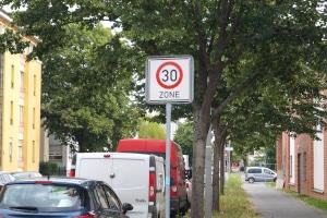 Die zulässige Höchstgeschwindigkeit kann innerorts auch durch Beschilderung unter 50 km/h liegen.