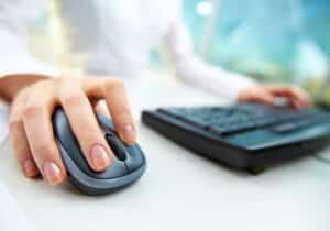 Ein Rechtsanwalt in einer IT-Recht-Kanzlei kümmert sich um alle rechtlichen Belange des Informationstechnologierechts