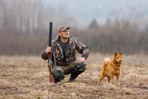 Ein Jagdausübungsberechtigter benötigt keinen Begehungsschein, wohl aber einen Jagdschein, wenn er selbst jagen will.
