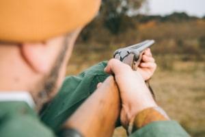 Wer ohne Jagderlaubnisschein Wild nachstellt oder erlegt, macht sich wegen Jagdwilderei strafbar.