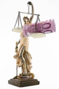Justitia regelt die Bestrafungen bei Vergehen gegen das Medizinrecht