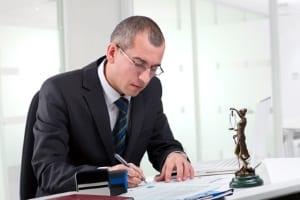 In einer Kanzlei für Strafrecht können Rechts- und Fachanwälte oder Strafverteidiger ihre Dienste anbieten.