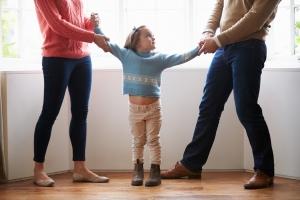 Kinderschutz: Im familiären Haushalt kommt es immer wieder zu Konflikten. Wichtig ist der richtige Umgang mit diesen Situationen.