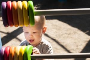 Erzieher werden darin geschult, eine Kindeswohlgefährdung in Kindergarten frühzeitig zu erkennen.