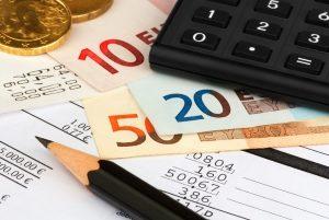 Kosten für den Kredit berechnen: Laufzeit, Darlehenssumme und Zins sind u.a. von Bedeutung.
