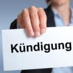 Die Kündigung vom Arbeitsvertrag kann von Arbeitgeber und -nehmer durchgeführt werden.