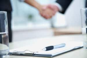 Neben einer Kündigung ist auch ein Aufhebungsvertrag möglich, der ein beidseitiges Einverständnis voraussetzt