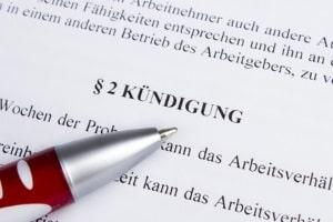 Für die Änderung der Kündigungsfrist gibt es laut Arbeitsrecht im Arbeitsvertrag Grenzen.