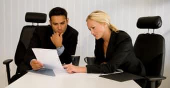 Das Kündigungsschutzgesetz (KSchG) sieht nur wenige Möglichkeiten für eine gesetzliche Abfindung vor.