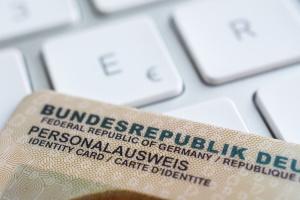 Der Künstlername im Ausweis genießt nur begrenzten Schutz. Eine Markenanmeldung kann diesen erweitern.