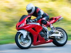 So manches Leichtmotorrad mit 125 ccm sieht den größeren und schwereren Rennmaschinen verblüffend ähnlich.