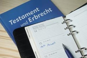 Eine letztwillige Verfügung kann per Definition entweder Testament oder Erbvertrag sein.