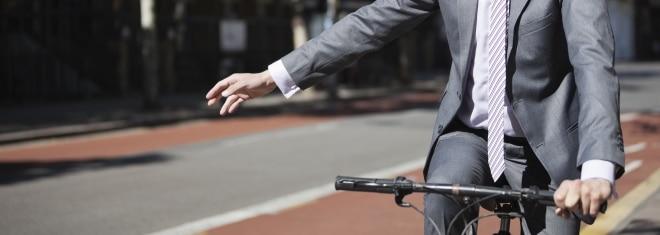 Richtig nach links abbiegen! Was beim Fahrrad zu beachten ist, verrät dieser Ratgeber.