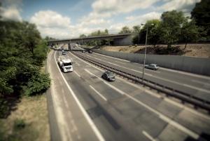 Für Lkw-Fahrer gelten generelle Fahrverbote an Sonntagen und zum Teil auch samstags.