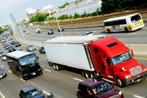 Auch für Lkw kann ein Überholverbot gelten.