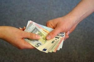 Der Makler bekommt keine Kaution, sondern eine Provision, Courtage oder Gebühr.