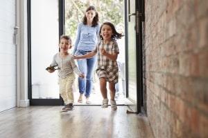 Ein Maklerauftrag kann helfen, wenn Sie bspw. ein Haus für Ihre Familie kaufen wollen.