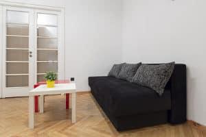 Mietrecht & Kündigungsfrist: Der Vermieter kann bei einem möblierten Zimmer zum Monatsende kündigen.