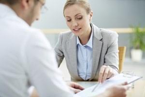 Mitarbeitergespräch: Das Protokoll kann der Personalakte beigefügt werden.