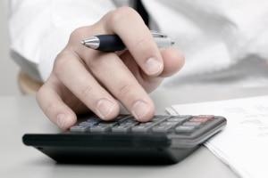 Ein Notar berechnet die Kosten anhand von Geschäftswert und Gebührensatz.