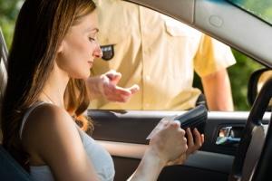 Welche Papiere müssen Sie mitführen? Im Auto müssen sich mindestens der Fahrzeugschein und der Führerschein befinden.