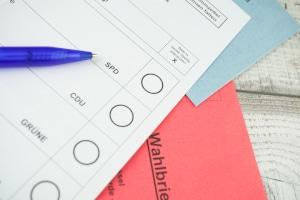 Wird ein Parteiverbot ausgesprochen, taucht diese nicht mehr auf den Wahlzetteln auf.