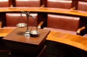 Kommt es über die Patientenverfügung zum Streit, hilft das Betreungsgericht weiter.