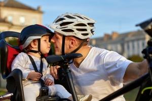 Personenbeförderung: In Deutschland sind auch Regelungen zur Beförderung von Kindern auf einem Fahrrad zu beachten.