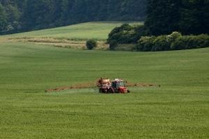 Das Pflanzenschutzgesetz beschäftigt sich in erster Linie mit dem Einsatz von Pestiziden zum Pflanzenschutz.