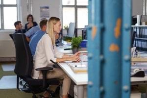 Bei einem Pflichtverstoß am Arbeitsplatz muss vor der Verdachtskündigung für die Anhörungsfrist ausreichend Zeit sein.
