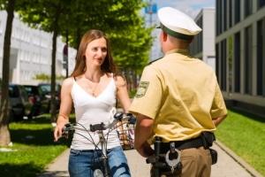 Wird bei einer Polizeikontrolle das Fahrrad begutachtet, kommt es vor allem auf die Verkehrssicherheit an.