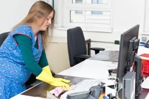Ausgaben für eine Putzhilfe können in einer Steuererklärung angegeben werden.