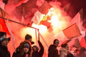 Randale beim Fußball steht oft in Zusammenhang mit Pyrotechnik.
