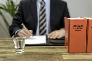 Ein Rechtsanwalt für Arbeitsrecht in Augsburg muss Prüfungen bestehen, bevor er sich
