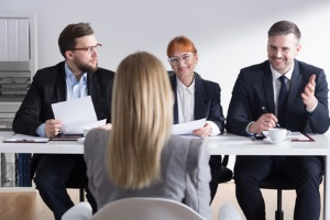 Ein Rechtsanwalt für Vergaberecht achtet auf die Durchführung eines fairen Wettbewerbs.