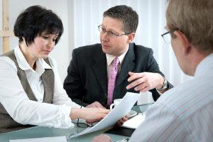 Ein Rechtsanwalt für Verkehrsrecht in Heilbronn kann z. B. bei einem Bußgeldbescheid helfen.