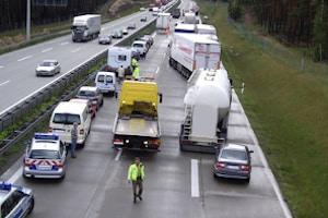 Außerorts sind Sie bei stockendem Verkehr verpflichtet, eine Rettungsgasse zu bilden.