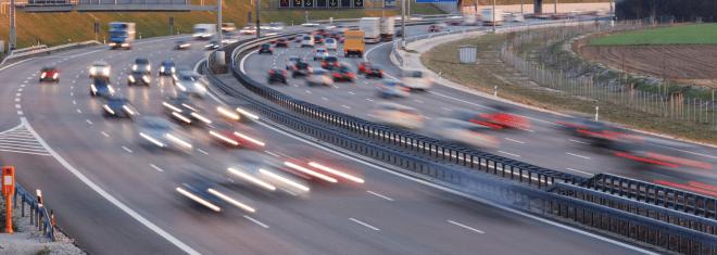 Welche Richtgeschwindigkeit gilt für Pkw und Motorräder auf Autobahnen? Die Antwort finden Sie in diesem Ratgeber.