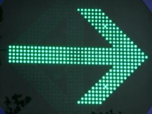 Rote Ampel mit Grünpfeil: Es besteht eine  Pflicht zum Fahren.