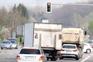 Wenn Sie eine rote Ampel mit dem Lkw überfahren, droht ein Fahrverbot.