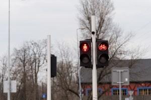 Eine rote Fußgängerampel mit dem Fahrrad zu überfahren, gilt ebenfalls als Rotlichtverstoß.