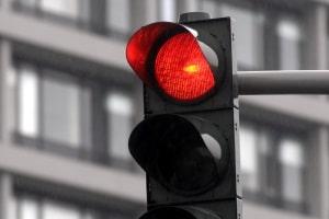 Das Überfahren einer roten Ampel: Wird jemand verletzt, könnte fahrlässige Körperverletzung vorliegen.